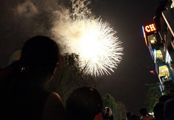 Bắn pháo hoa tầm thấp tại Đầm Sen vào dịp 2/9 là hoạt động thường niên của Tổng công ty Du lịch Sài Gòn