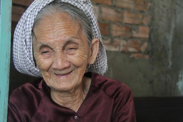 Nụ cười hiền hậu của người bà đã ở cái tuổi gần đất xa trời