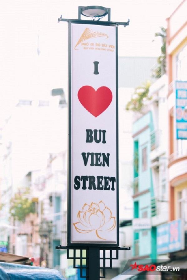 Bảng hiệu được lắp đặt hai bên đường.