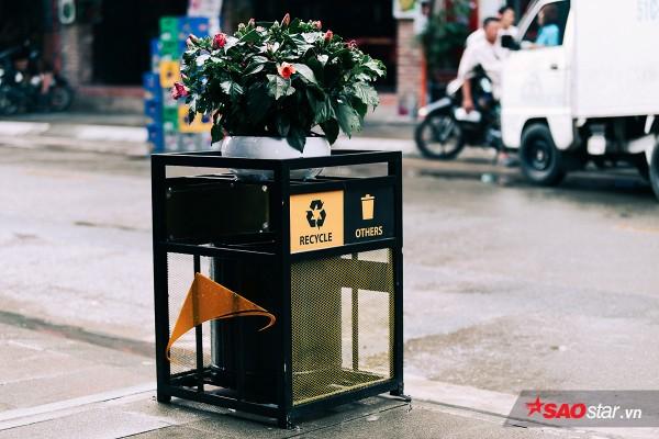 Thùng rác được chú trọng thiết kế và đặt dọc theo suốt tuyến đường.