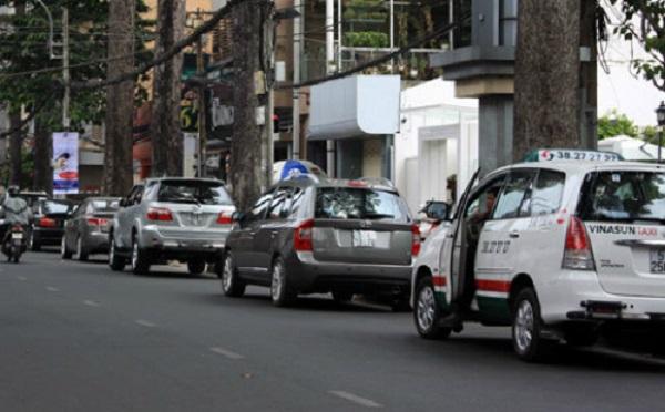 TP HCM thí điểm thu phí ôtô đỗ dưới lòng đường qua điện thoại. Ảnh: Tá Lâm.