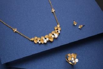 Trang sức bằng ngọc trai kết hợp với vàng 24K nguyên chất, đem lại cho mẹ vẻ sang trọng quý phái