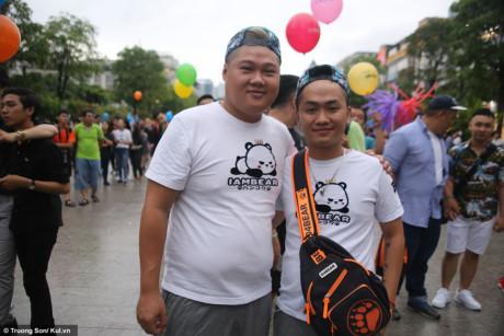 Cặp đôi yêu xa Kiss và Kelvin cũng đã có những phút giây hạnh phúc. Hai bạn quen nhau đã 2 năm nhưng phải trải qua những phút giây yêu xa trong suốt khoảng thời gian ấy, vì Kiss thì ở Mỹ còn Kelvin ở Thái. Đây là lần hẹn hò đầu tiên, và cả hai cùng chọn Việt Nam làm nơi gặp mặt.