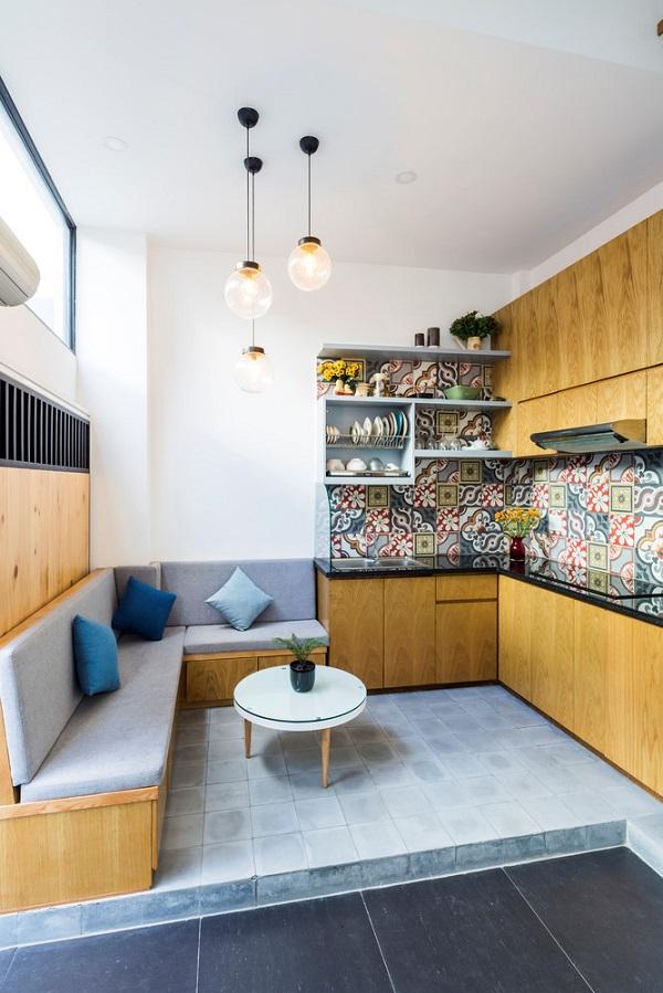 Tầng một bao gồm không gian tiếp khách đi liền với không gian bếp.