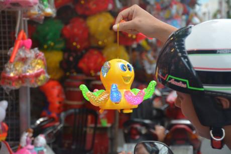Phố lồng đèn Lương Nhữ Học luôn là một điểm đến lý tưởng để các bậc phụ huynh mua đồ chơi, lồng đèn cho con trong dịp Trung thu.