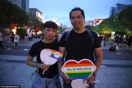 """Nguyễn Thuận và Đoàn Thế Sơn tuy chỉ mới quen nhau 6 tháng nhưng hôm nay vẫn quyết định hòa chung vào đoàn diễu hành cùng mọi người với thông điệp muốn chia sẻ """"Ai cũng có quyền được yêu thương"""""""