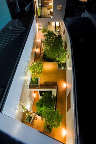 Toàn cảnh ngôi nhà nhìn từ trên cao vào buổi tối. Nguồn ảnh: Archdaily.