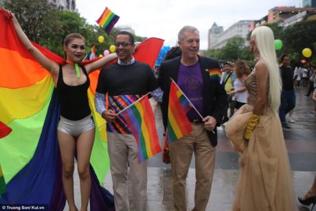 Đại sứ mỹ Ted Osius cùng bạn đời (bên trái) cũng tham gia diễu hành chào mừng sự kiện lớn của LGBT Việt