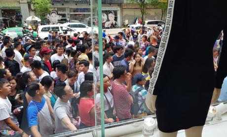 14h chiều, trước cổng vào TTTM phía đường Lý Tự Trọng, hàng trăm người vẫn đứng chờ tới lượt vào theo số thứ tự.