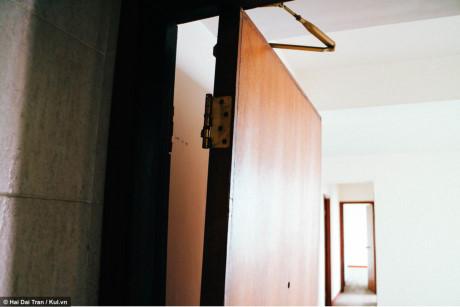 Chiếc cửa bị sứt bản lề đến nay vẫn chưa có người sửa chữa.