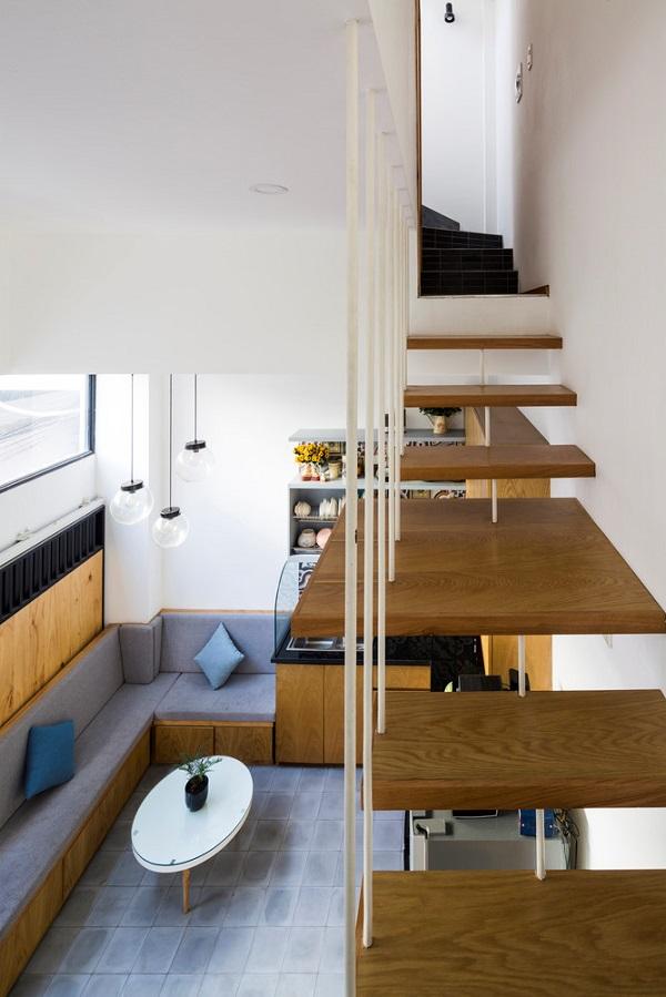 Cầu thang cũng được thiết kế tối giản để không gây chật mắt.