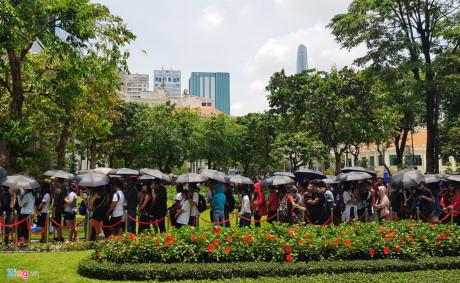 Bên ngoài công viên, hàng người tiếp tục nối dài.