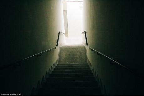 Lối cầu thang bộ để lên khu chung cư, hệ thống chiều sáng hoàn toàn không hoạt động.