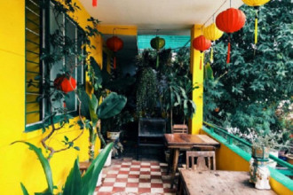 1. Tiệm cà phê Hoa Giấy: Tiệm nằm ở 19 Huỳnh Tịnh Của, phường 8, quận 3, tiệm thu hút ánh nhìn của bất kỳ ai ghé ngang bởi màu vàng tươi tắn và cách trang trí như Hội An giữa lòng Sài Gòn.