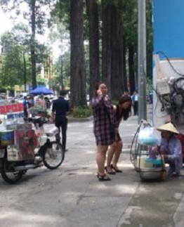 Người bán hàng rong trên các tuyến đường tại TP Hồ Chí Minh đều là dân ngụ cư.