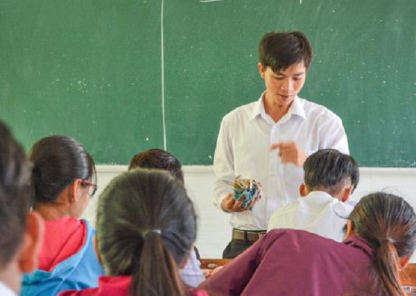 Thầy Ngô Văn Hội trong một tiết học. Ảnh: Hồng Phú.
