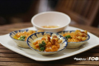 Bánh bèo Đà Lạt nóng hổi ăn kèm sốt tôm thịt nóng không kém.