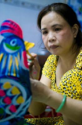 Làng lồng đèn giấy kiếng Phú Bình (đường Lạc Long Quân, quận 11) được những người dân Nam Định mang vào phát triển ở Sài Gòn và hình thành nên làng nghề cách đây hơn 50 năm. Giữa những năm 1990 là thời kỳ hưng thịnh nhất của làng lồng đèn Phú Bình. Tuy nhiên, sự ra đời của lồng đèn điện tử những năm gần đây đã khiến cho nhiều gia đình tại đây phải bỏ nghề tìm công việc khác mưu sinh.