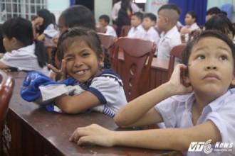 Các em học sinh đã đội mưa đến trường để tham dự buổi lễ khai giảng. (Ảnh: Dương Thương)