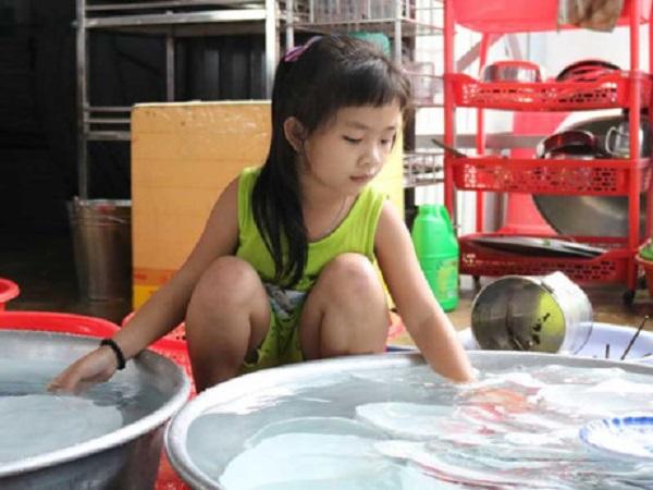 Thay vì đến trường như bao bạn nhỏ khác, mỗi ngày Ngọc Hân đều ở căn tin phụ nhặt rau, bưng bê, rửa chén phụ bà ngoại.