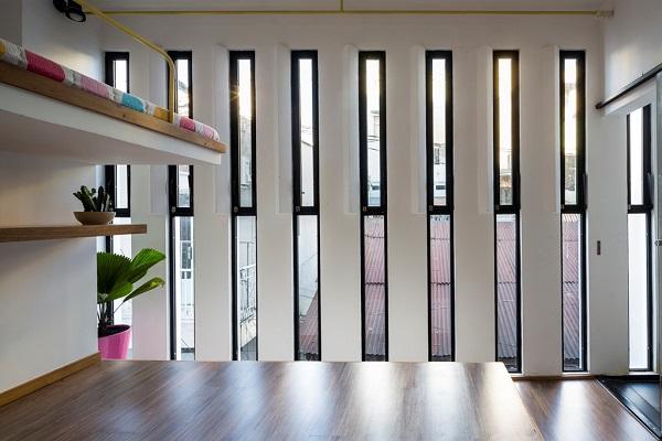 Căn phòng được lấy sáng hợp lý bằng nhiều cửa sổ song song.