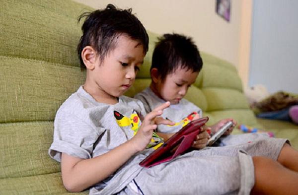 Giờ đây, có đôi lúc bạn cảm thấy như tất cả cuộc sống của con đều thu bé lại bằng 1 chiếc điện thoại. Xa rồi cái thời những sân chơi, vỉa hè là nơi thu hút nhất của trẻ nhỏ. Hiện tại, những chiếc smartphone đã cuốn lũ trẻ vào thế giới đầy ảo giác.