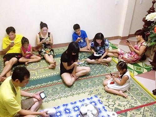 """Bữa cơm tối hay những buổi trò chuyện rôm rả của cả gia đình sau bữa ăn chỉ được thay bằng """"đại tiệc"""" smartphone"""