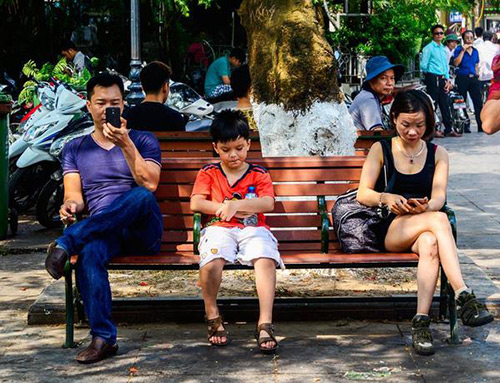 Thậm chí, đôi lúc chính bạn đang cô lập con mình chỉ vì smartphone. Cả gia đình ra ngoài đi dạo phố nhưng con hãy ngồi ngoan, đừng làm phiền bố mẹ nhé!