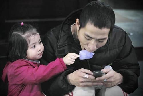 Hẳn người bố này sẽ không cảm nhận được vị ngọt của que kem này cũng như sự ngọt ngào của chính cô con gái nhỏ.