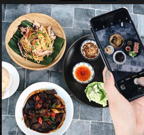 Vẫn là những buổi đi ăn với bạn bè, nhưng kì lạ, thứ mà bọn trẻ quan tâm không phải là mùi vị của món ăn mà chính là góc nào để selfie cho đẹp và đăng trên facebook để được bao nhiêu like, share và comment.