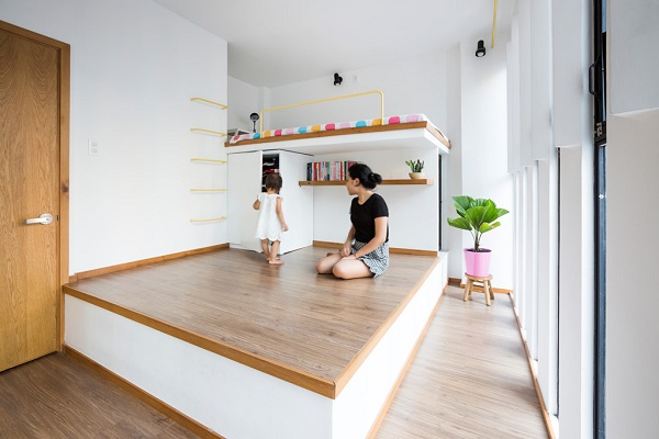 Phòng được phân thành nhiều bậc, cao nhất là giường ngủ.