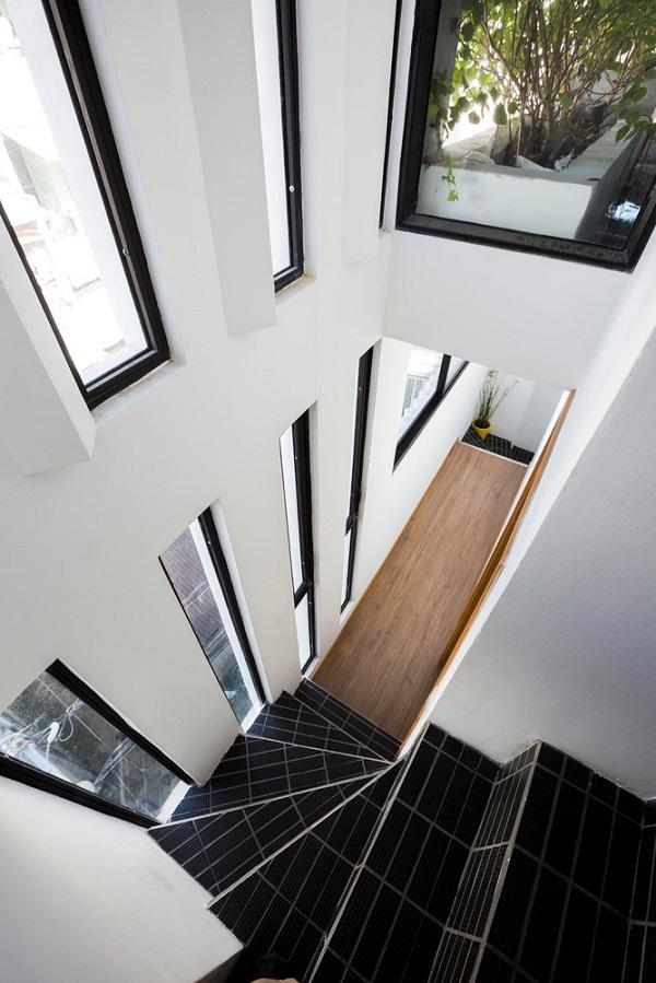 Lối lên tầng 3 của công trình.