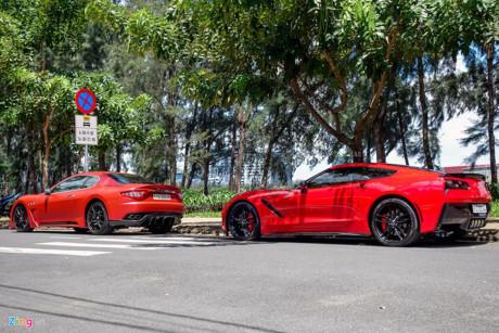 Hai chiếc xe thể thao gây chú ý cả góc phố nhờ màu sắc sặc sỡ.
