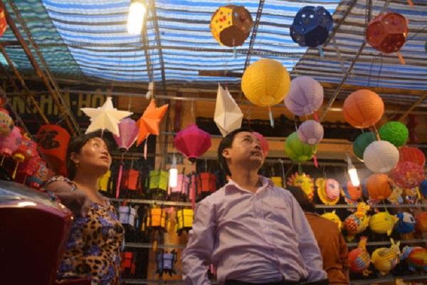 Những chiếc lồng đèn đủ màu sắc,kích thước, giá bán khiến cho không ít người cảm thấy phân vân chọn mua.