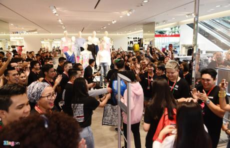 Bên trong cửa hàng, khách được chào đón từng lượt. Mỗi khách hàng được tặng một thẻ mua sắm có giá trị 100.000 đồng sử dụng trong ngày.