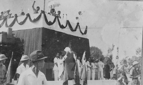 Các đại biểu và quốc dân giơ tay tuyên thệ trong ngày 2/9/1945 lịch sử. Ảnh: Tư liệu TTXVN.
