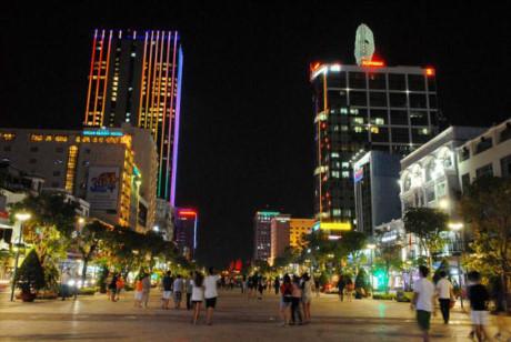 Vẫn nhộn nhịp trên từng con phố, đây là hình ảnh vui chơi trên phố đi bộ Nguyễn Huệ