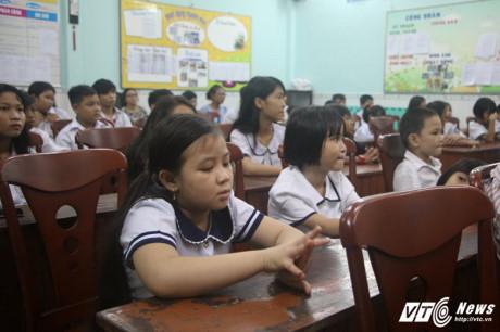 """Lớp học """"xóa mù"""" khai giảng vào ban đêm ở Sài Gòn. (Ảnh: Dương Thương)"""