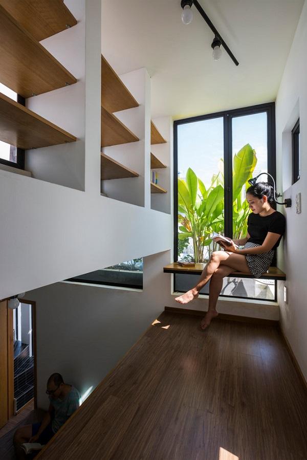 Chủ nhân căn hộ có thể đọc sách thoải mái mà không cần dùng đèn.