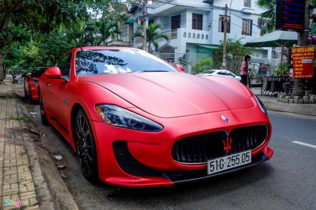 """xe thể thao hạng sang Maserati Granturismo được thiết kế có nhiều điểm chung với """"người anh em"""" Ferrari 599 GTB, thể hiện ở nắp ca-pô dài, thiết kế 2+2 chỗ ngồi. Xe được chủ dán một lớp decal mới màu đỏ nhám. Maserati va Chevrolet tien ty lan banh tai Sai Gon - Anh 4"""