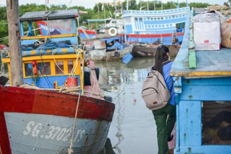 Đò là phương tiện đi lại giữa xã đảo Thạnh An và đất liền. Ảnh: Thảo Ly