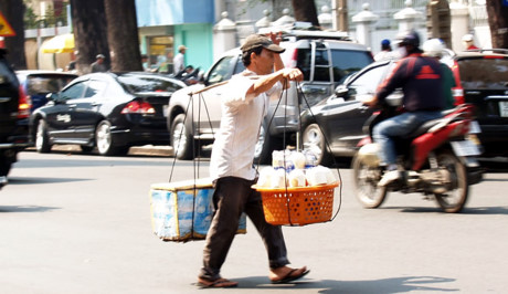 Một người đàn ông với gánh nước giải khát di động.