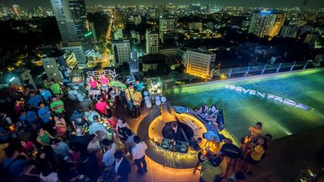 Toàn cảnh không gian bữa tiệc SevenFriday giữa trời đêm Sài Gòn.