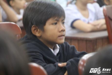 Thạch Hoàng Duy đã 12 tuổi nhưng thân hình đen nhẻm, gầy gò. (Ảnh: Dương Thương)