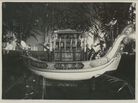Chiếc thuyền bằng gỗ sơn mài trang trí ở đầu cầu thang chính. Ảnh tư liệu.