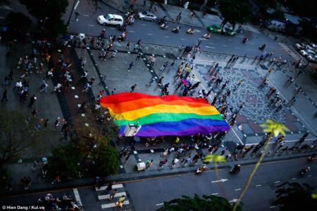 Nổi bật nhất là lá cờ cầu vồng lục sắc - biểu tượng của cộng đồng LGBT rộng khoảng 15m2 - được các bạn cùng nhau diễu phố