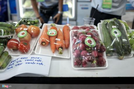 Tập trung khá nhiều tại chợ thực phẩm sạch này vẫn là các loại nông sản Đà Lạt, và đây cũng là loại có sức mua tốt. Các loại cà chua chocolate, súp lơ baby, củ cải đường... giá 50.000-80.000 đồng/kg được nhiều khách TP.HCM tìm mua.