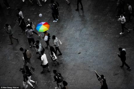 Chiếc ô lục sắc nổi bật giữa hàng nghìn người có mặt tại phố đi bộ