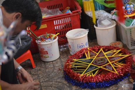 Hình ảnh những chiếc đèn ông sao xuất hiện nhạt nhòa ở phố lồng đèn Lương Nhữ Học.