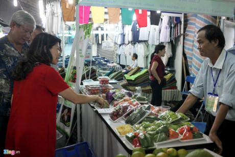 Ông Phạm Huy Hoàng (bố rapper Karik) đang chọn mua các loại củ quả organic tại một gian hàng nông sản Đà Lạt. Ông cho biết gia đình rất yêu thích các loại thực phẩm sạch nên và giá có đắt hơn các chợ bên ngoài vẫn chấp nhận sử dụng. Hôm nay, ông đã mua hơn 400.000 đồng các loại rau củ.